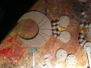Sichelförmige Kette aus Klopapierrollen und Küchenrollen auffädeln
